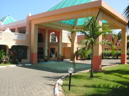 Kenya_Mombasa_Kikambala_Beach_Sun_N_Sand_Beach_Resort._Exterior__Hotel_1_c0c085c64f4deca6fd0b00a3412571bb_600x400